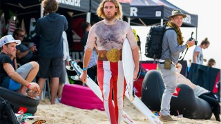 Matt-Wilkinson-rocking-nacho-libre-wetsuit_Quiksilver-Pro-France-2013_Photo-ASP-Kirstin